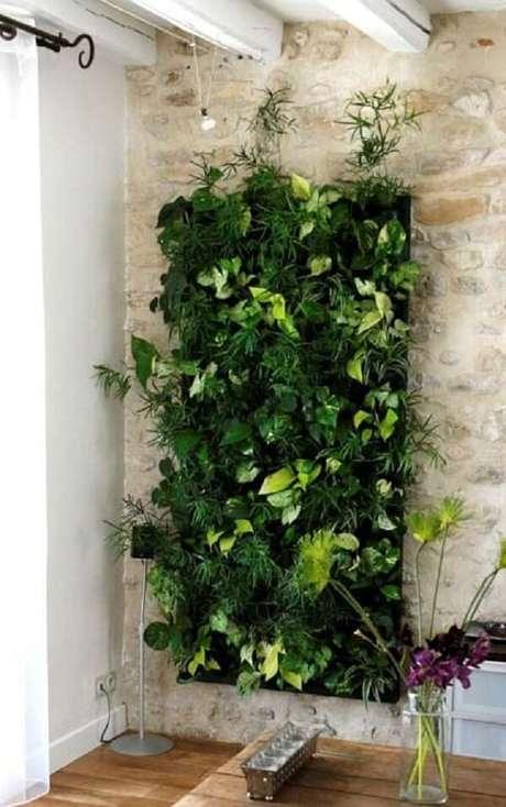 33. Parede de tijolinho aparente e jardim vertical artificial. Fonte: Idea Brasil