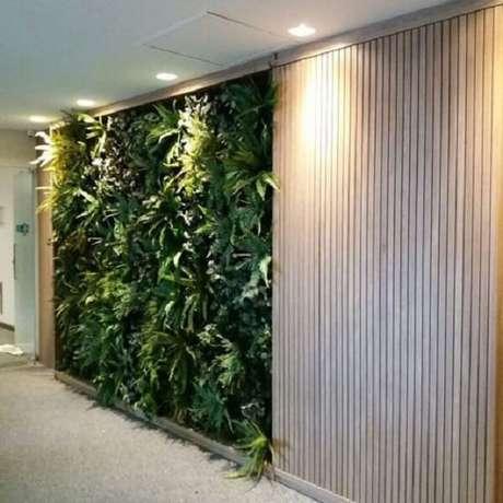 59. Combine seu jardim vertical artificial com o painel de madeira. Fonte: Pinterest