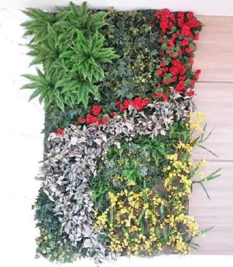 48. Jardim vertical com flores artificiais. Fonte: Pinterest