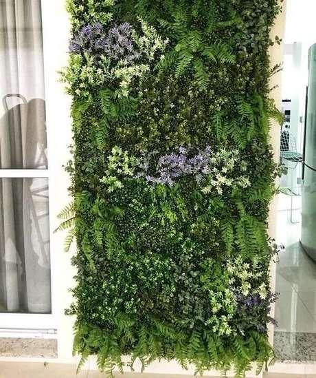 31. Jardim vertical artificial com flores fixada na varanda. Fonte: Pinterest