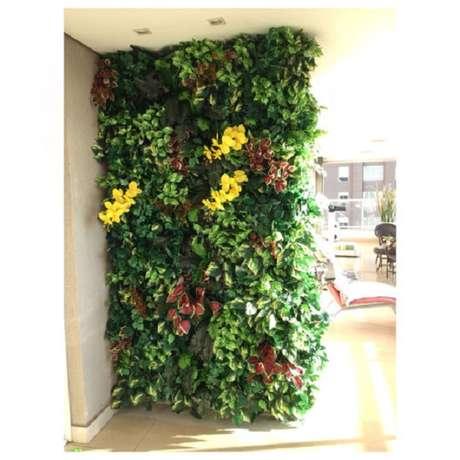 7. Jardim vertical artificial com flores serve como divisória de ambiente. Fonte: Pinterest