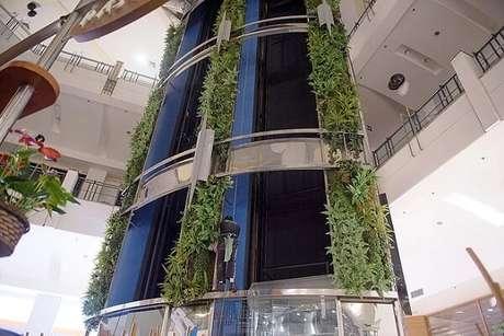 32. Jardim vertical artificial decora parte da estrutura do shopping. Fonte: Pinterest