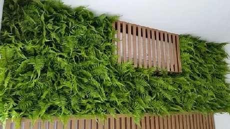 50. Jardim vertical artificial feito com samambaias esconde ar condicionado. Fonte: Pinterest