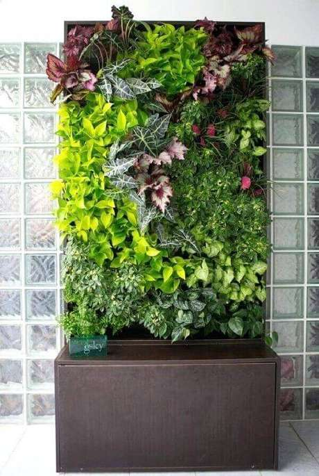 34. Jardim vertical artificial com flores. Fonte: Pinterest