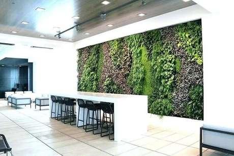 36. O ambiente compartilhado recebeu a presença de um grande painel de jardim vertical artificial. Fonte: Pinterest