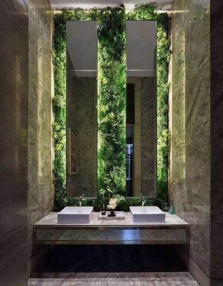 38. O jardim vertical artificial traz elegância e sofisticação ao banheiro. Fonte: Pinterest