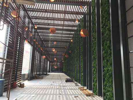 45. O jardim vertical com flores artificiais foi fixado na parede desse ambiente. Fonte: Pinterest