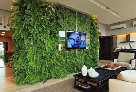 39. O jardim vertical artificial foi utilizado como painel de tv na sala de estar. Fonte: Pinterest