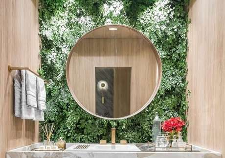 44. O jardim vertical artificial trouxe textura e cor para a decoração do banheiro. Fonte: Gazeta do Povo