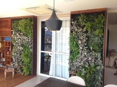 40. Varanda decorada com jardim vertical artificial traz texturas e cores ao ambiente. Fonte: Pinterest