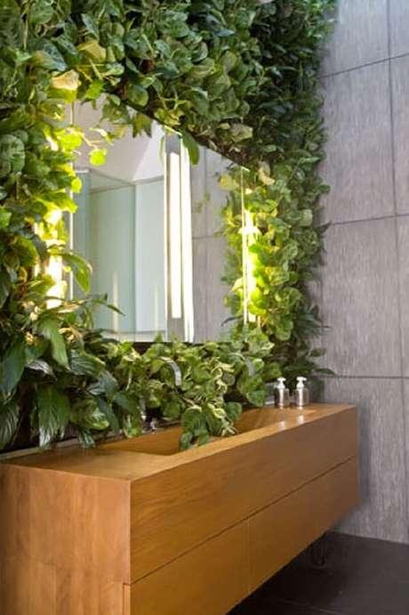 41. O jardim vertical artificial serviu de moldura para o espelho do banheiro. Fonte: Jungle Bathroom