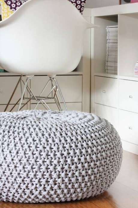 19. Use o puff de crochê, ou tricot, para decorar seu quarto – Por: Pinterest