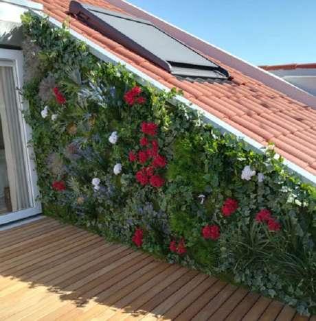 8. Terraço com jardim vertical artificial com flores. Fonte: Pinterest
