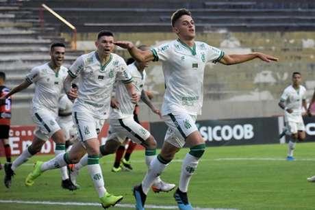 Flávio garantiu o placar favorável ao Coelho que ficou de fora do G4 nesta rodada por ter um gol a menos de saldo em relação ao Coritiba-(Mourão Panda/América-MG)