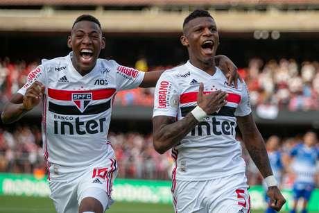 Arboleda, do São Paulo, comemora seu gol durante partida contra o Avaí
