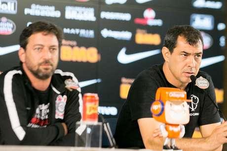 Carille concede entrevista ao lado do diretor Duílio Monteiro.