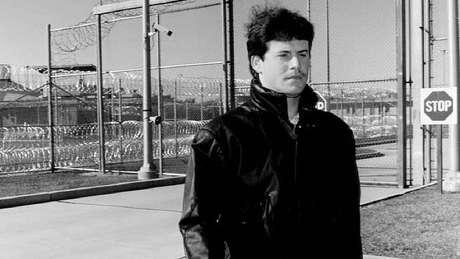 Rodney Peairs deixando a prisão em 1992; ele foi absolvido da acusação de homicídio