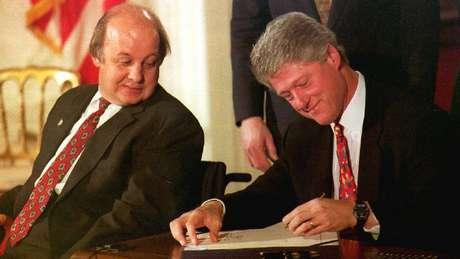 Clinton assinando a Lei Brady, que implementou a checagem prévia na venda de armas