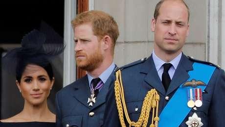 'Estamos certamente trilhando caminhos diferentes no momento, mas sempre o apoiarei', disse Harry sobre William (dir.)