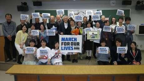 Masa e Mieko, ao centro, durante o protesto March For Our Lives, em 2018; casal permaneceu ativo no combate às armas