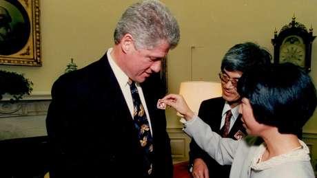 Masa e Mieko Hattori em encontro com Bill Clinton em 1993, pedindo mais controle na venda de armas nos EUA