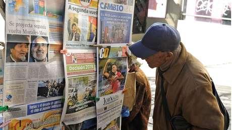 Jornais bolivianos nesta segunda-feira, apontando possível segundo turno entre Evo e Masa; pausa na divulgação gerou pressão internacional contra o governo