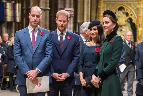 Príncipe Harry admite afastamento do irmão, o príncipe William; relacionamento entre as duquesas de Sussex e Cambridge também estaria abalado