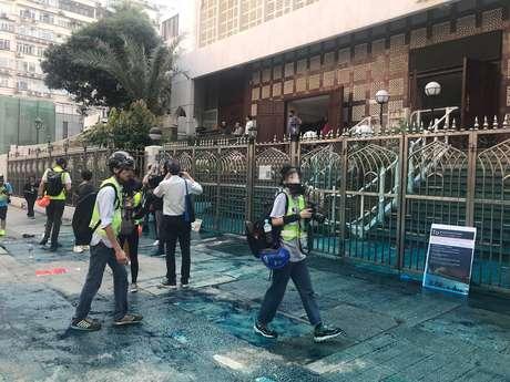 Escadas da mesquita de Kowloon, o local de culto islâmico mais importante de Hong Kong, sujas de tinta azul lançada por canhão de água da polícia 20/10/2019 Jeremy Tam/Civic Party via REUTERS