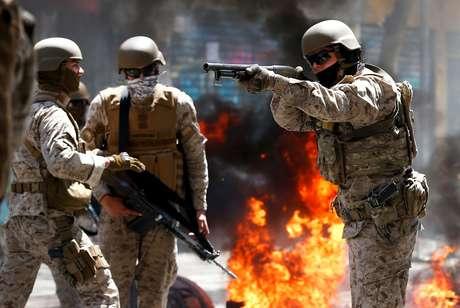 Soldado aponta arma durante protesto contra modelo econômico chileno em Valparaíso 21/10/2019 REUTERS/Rodrigo Garrido