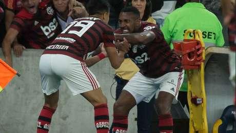 Gerson comemora com Reinier o gol marcado no clássico deste domingo (Alexandre Vidal / Flamengo)