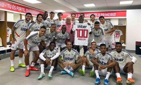 Arboleda recebeu uma camisa comemorativa no vestiário (Foto: Rubens Chiri/São Paulo)