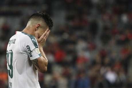 Willian, do Palmeiras, lamenta chance perdida durante partida contra o Athletico Paranaense, válida pela 27ª rodada do Campeonato Brasileiro 2019, na Arena da Baixada