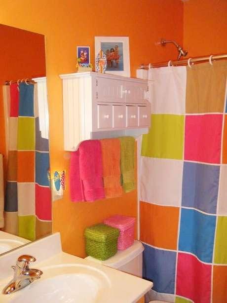 64. O colorido é algo comum na cortina para banheiro. Foto: Simplichique