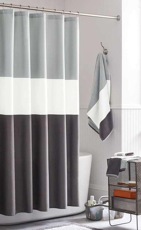 53. Não é difícil encontrar um bonito modelo de cortina para banheiro. Foto: Macho Moda