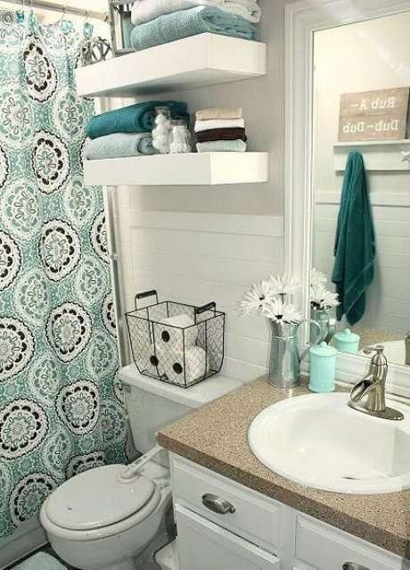 32. A cortina para banheiro deve combinar com outros elementos do cômodo. Foto: Você Precisa Decor