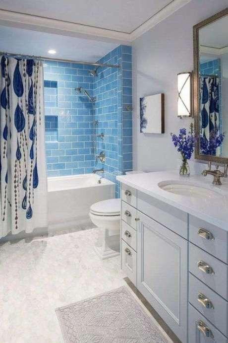 54. Este banheiro possui uma cortina para banheiro que combina com o cômodo como um todo. Foto: Top Decor