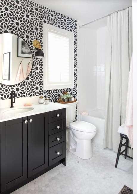44. A cortina para banheiro pode ser interessante para contrastar com a decoração do ambiente. Foto: Pinterest
