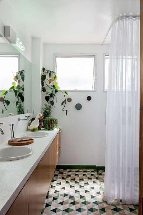 51. Muitos modelos de cortina para banheiro possuem materiais leves. Foto: Reciclar e Decorar