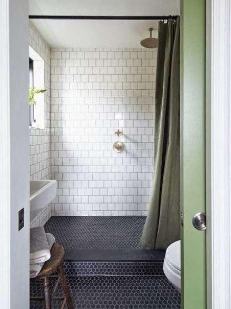 12. Esta cortina para banheiro, por sua vez, tampa apenas a região frontal do box. Foto: Depósito Santa Mariah