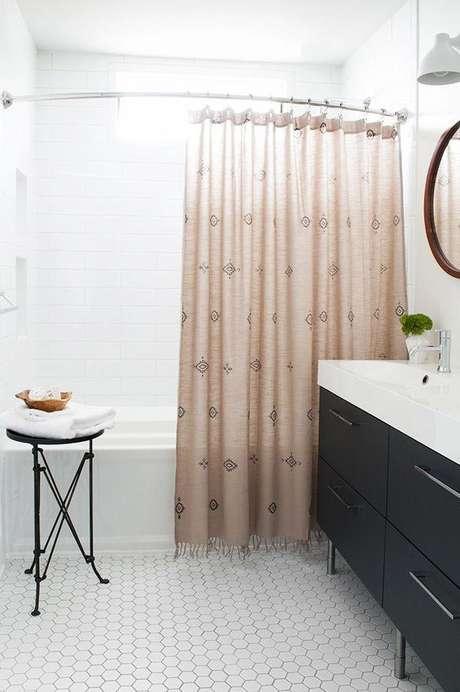 36. Esta cortina para banheiro parece uma cortina de janela. Foto: Grey Bathroom
