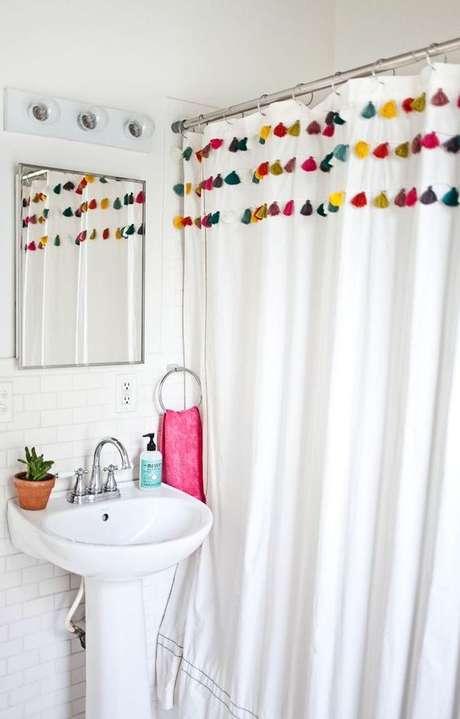 60. Nesta cortina para banheiro os detalhes são a diversão. Foto: Arquitrecos