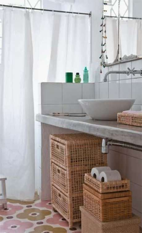 22. A cortina para banheiro é sempre parte importante do cômodo. Foto: Casa Abril