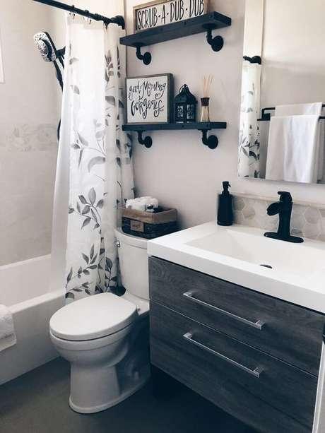 55. A cortina para banheiro pode ser o elemento coringa do seu cômodo. Foto: Pinterest