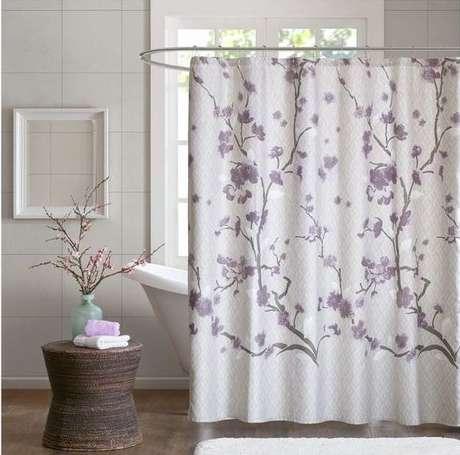 62. Flores são comuns em cortina para banheiro. Foto: Target