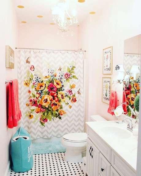 39. É interessante usar a cortina para banheiro para dar mais vida ao ambiente. Foto: Dicas Decor