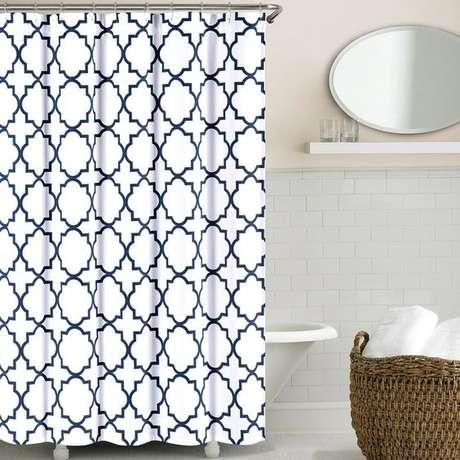 33. Os padrões da cortina para banheiro podem ser geométricos. Foto: Joss & Main