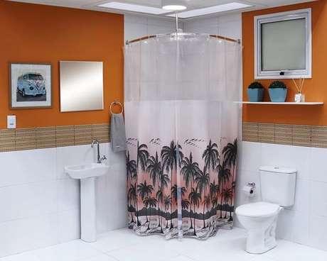16. Ainda que modelos chamativos de cortina para banheiro seja os preferidos de muita gente. Foto: Leroy Merlin