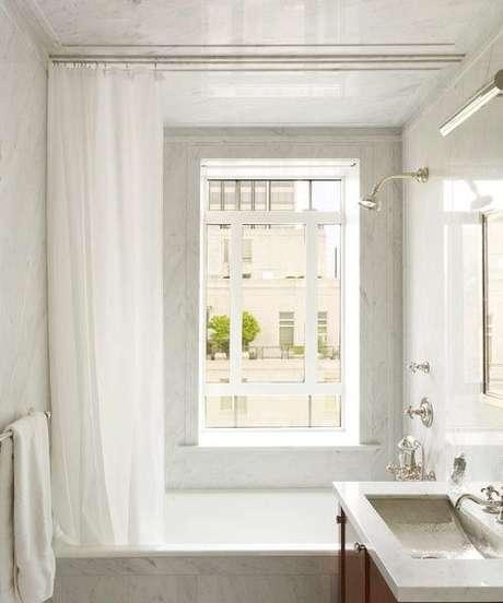 19. Sua cortina para banheiro pode ter um branco simples. Foto: Plumbing Supply