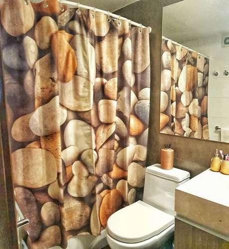 61. Toda uma estampa pode estar em uma cortina para banheiro. Foto: Dicas Decor