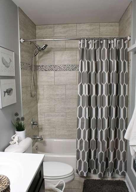 28. A cortina para banheiro é interessante em muitos sentidos. Foto: Você Precisa Decor